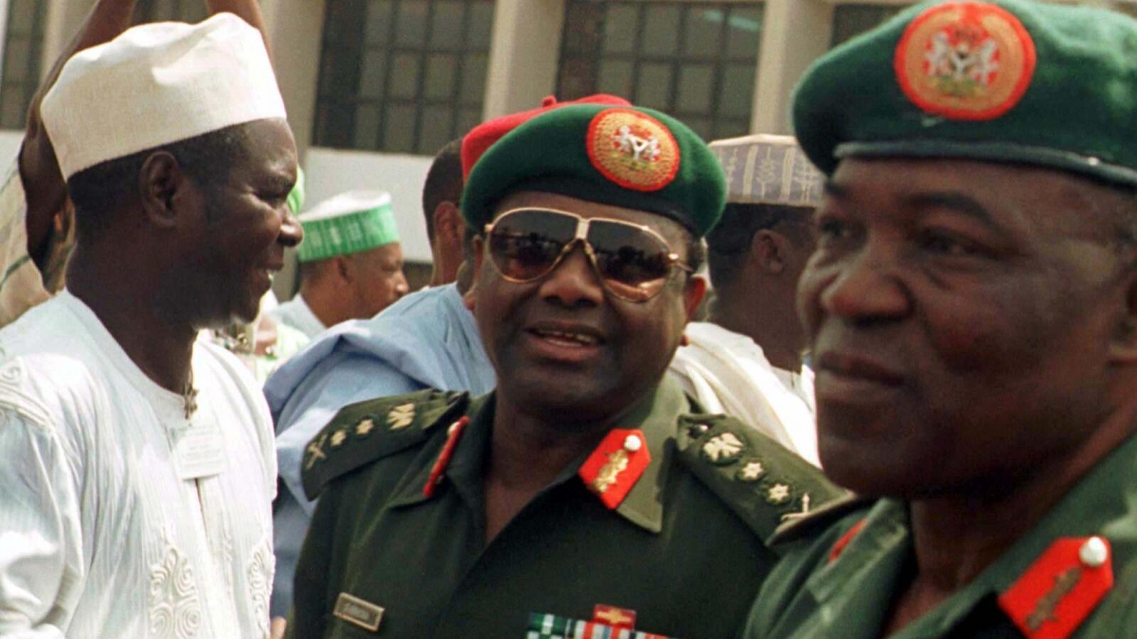 Tsohon shugaban Najeriya a zamanin mulkin soja, marigayi Janar Sani Abacha, daga tsakiya yayin bikin kaddamar da gidauniyar samar da zaman lafiya da hadin kan kasa a birnin Abuja. 17 ga Nuwamba, 1997.