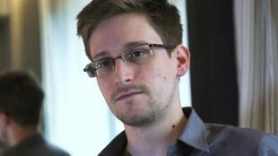 """Edward Snowden diz que acusações visando Greenwald """"ameaçam a liberdade de imprensa no mundo inteiro""""."""