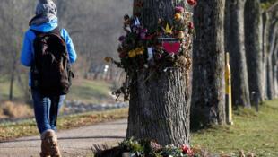 Des messages et des fleurs à l'endroit où la jeune étudiante de 19 ans a été tuée le 15 octobre.