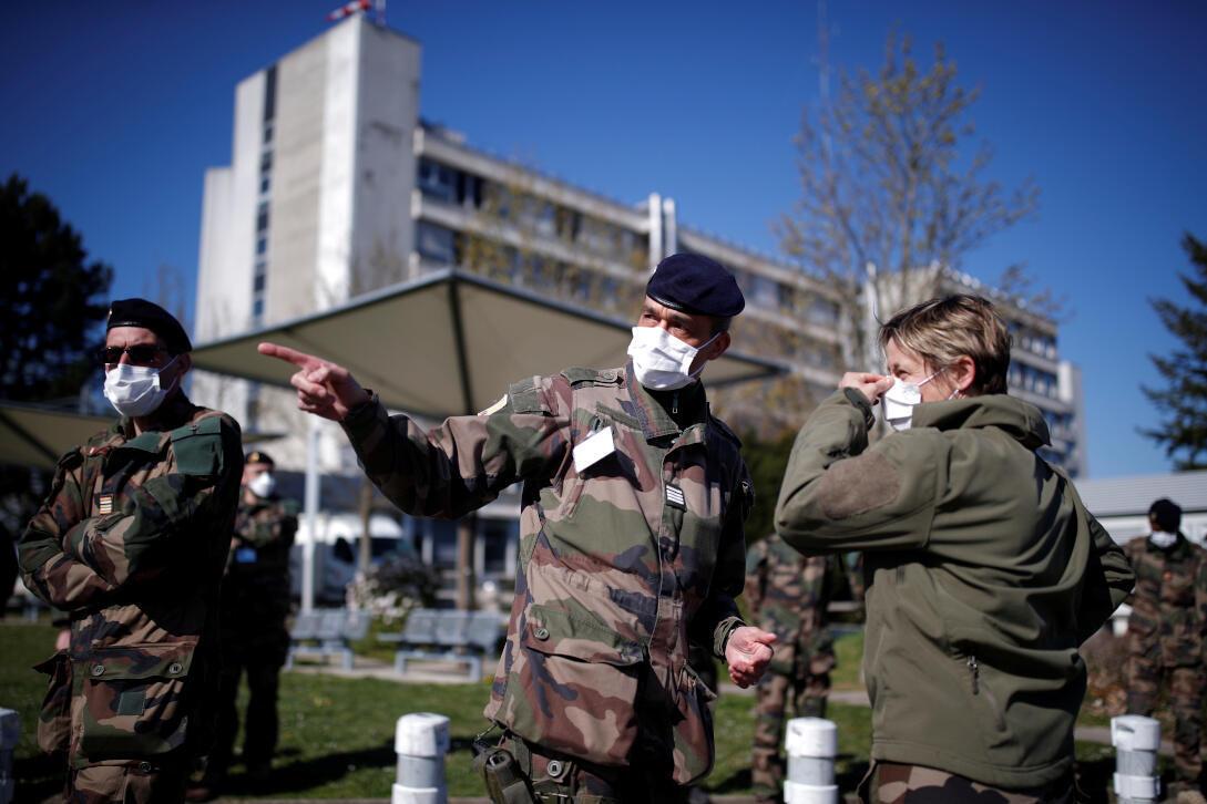 Des soldats français portant des masques devant l'hôpital de Mulhouse avant l'ouverture d'un hôpital militaire de campagne, alors que le pays fait face à une progression de la maladie à coronavirus (COVID-19), France le 24 mars 2020.