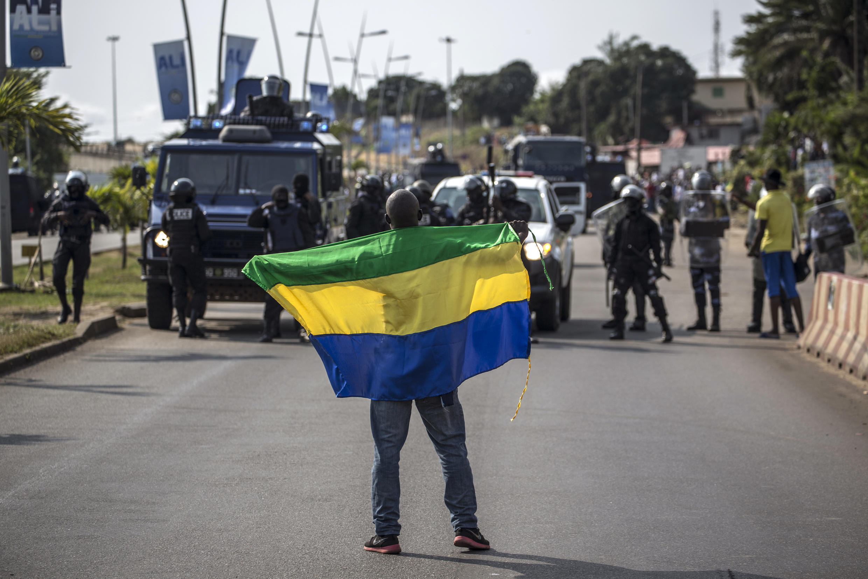 Un militant de l'opposant Jean Ping brandit un drapeau du Gabon, le 31 août 2016 à Libreville.
