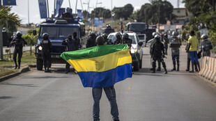 Un militant soutenant l'opposant Jean Ping brandit un drapeau du Gabon, le 31 août 2016, à Libreville.