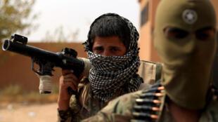 Des membres des Forces démocratiques syriennes (SDF) dans le village de Susah, dans la province de Deir Ezzor, dans l'est de la Syrie, le 13 septembre 2018. Soutenu par les Etats-Unis, les FDS combattent l'EI qui contrôle la ville de Hajin.