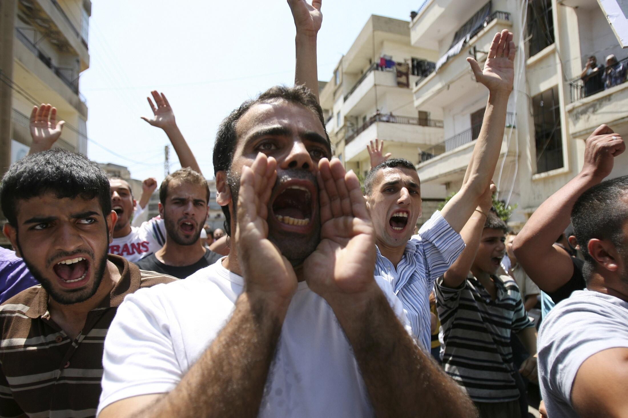 No norte do Líbano, libaneses se juntaram a refugiados sírios para exigir reformas do regime de Bashar al-Assad.