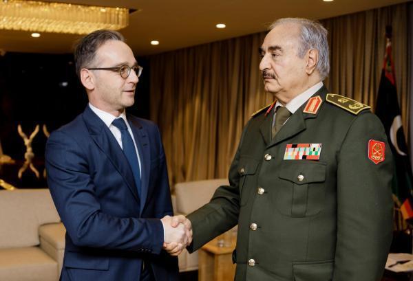 德國外長會晤利比亞強人 Le ministre allemand des Affaires étrangères Heiko Maas (G) a rencontré le maréchal Khalifa Haftar (D) jeudi 16 janvier 2020