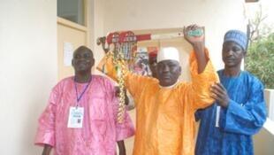Tawagar shugabannin kokuwar Zinder rike da takobin da dan wasansu Aliou Sallau ya lashe a Niamey