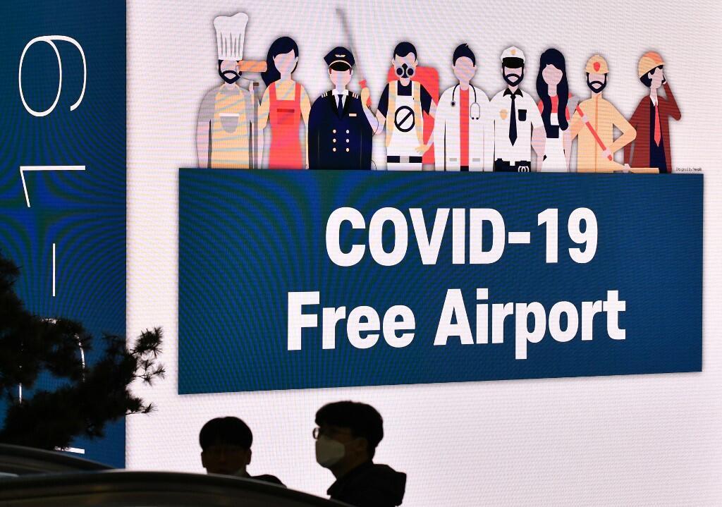 Controle de fronteiras é uma das medidas adotadas por democracias asiáticas no combate à Covid-19. Painel no aeroporto de Seul, na Coréia do Sul.