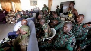 Des soldats mutins, lors de négociations avec le ministre de la Défense Alain-Ricahrd Donwahi, à Bouaké, le 7 janvier 2017.