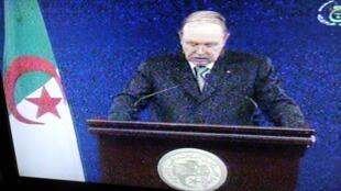 Le président Bouteflika lors d'un discours retransmis par la télévision nationale, le 9 février 2012.