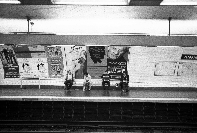 Một nhóm nhạc trong tầu điện ngầm Paris.