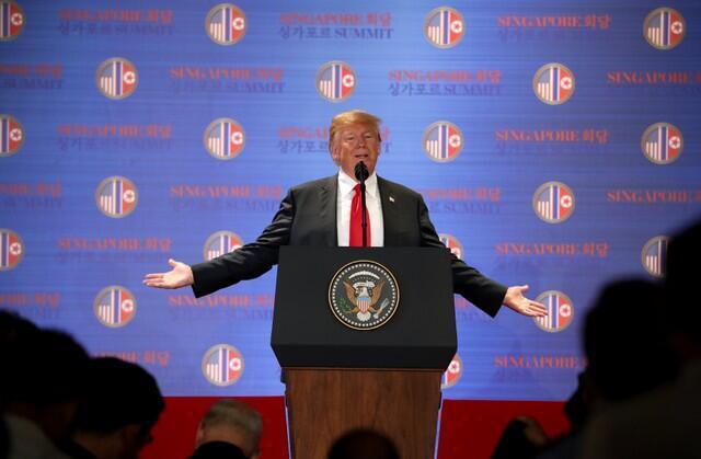 Tổng thống Mỹ Donald Trump ca ngợi kết quả thượng đỉnh với Kim Jong Un trong cuộc họp báo sau đó, Singapore, ngày 12/06/2018.