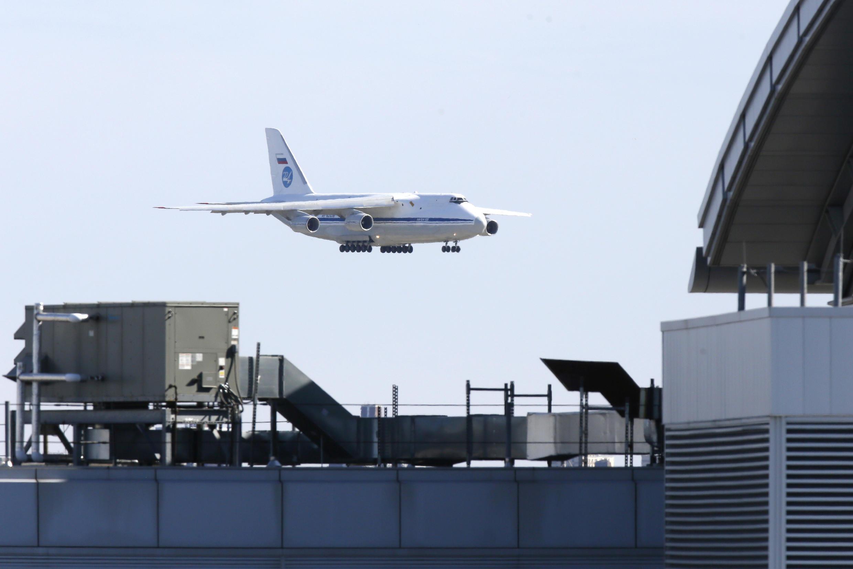 Российский военный АН-124-100 приземляется в нью-йоркском аэропорту имени Джона Кеннеди. 1 апреля 2020 г.