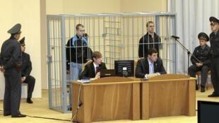 Les deux condamnés à mort, Dmitri Konovalov et Vladislav Kovalev dans leur cage d'accusés lors d'une comparution devant le tribunal de Minsk.