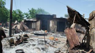 Des maisons brûlées par Boko Haram lors de l'attaques du village de Zabarmari, près de Maiduguri, au Nigeria, le 4 juillet 2015.