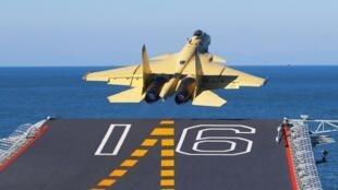 图为歼15战机从辽宁号航母起飞