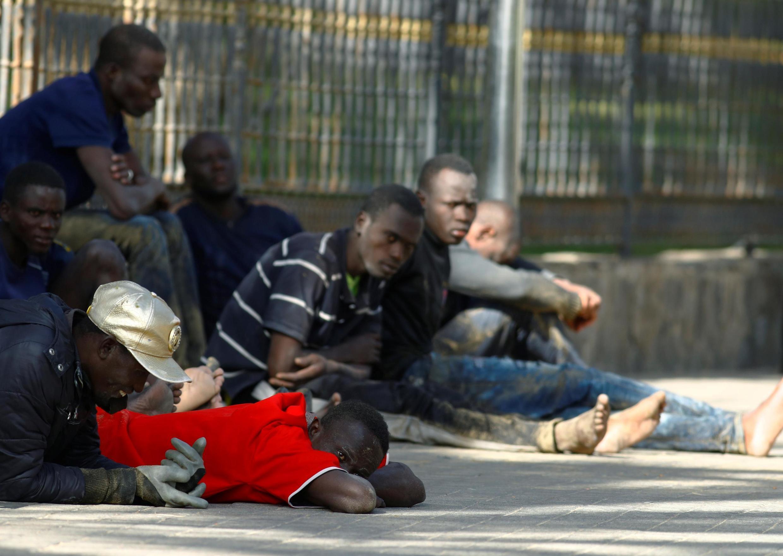 (illustration) Le repos après une traversée éprouvante pour ces migrants africains, Grande Canarie, le 1er novembre 2020