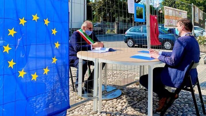 Sur une place de l'Europe divisée pendant le confinement, deux maires au travail.