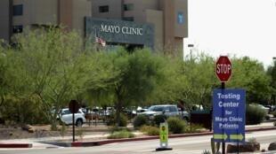 Zone de dépistage du Coronavirus devant une clinique de Phoenix, Arizona, le 19 juin 2020.