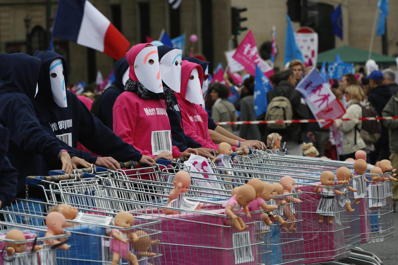 «Nos ventres ne  sont pas des caddies» : les défenseurs de la famille «traditionnelle» se sont  une nouvelle fois mobilisés dimanche à Paris.