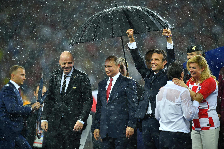 На церемонии награждения ЧМ зонтом накрыли только Владимира Путина, гости какое-то время мокли под дождем