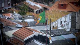 Le 28 février 2014, un drapeau portugais, au-dessus des maisons de Porto.