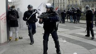 Demonstrators and riot police clash in Rennes on 28 April