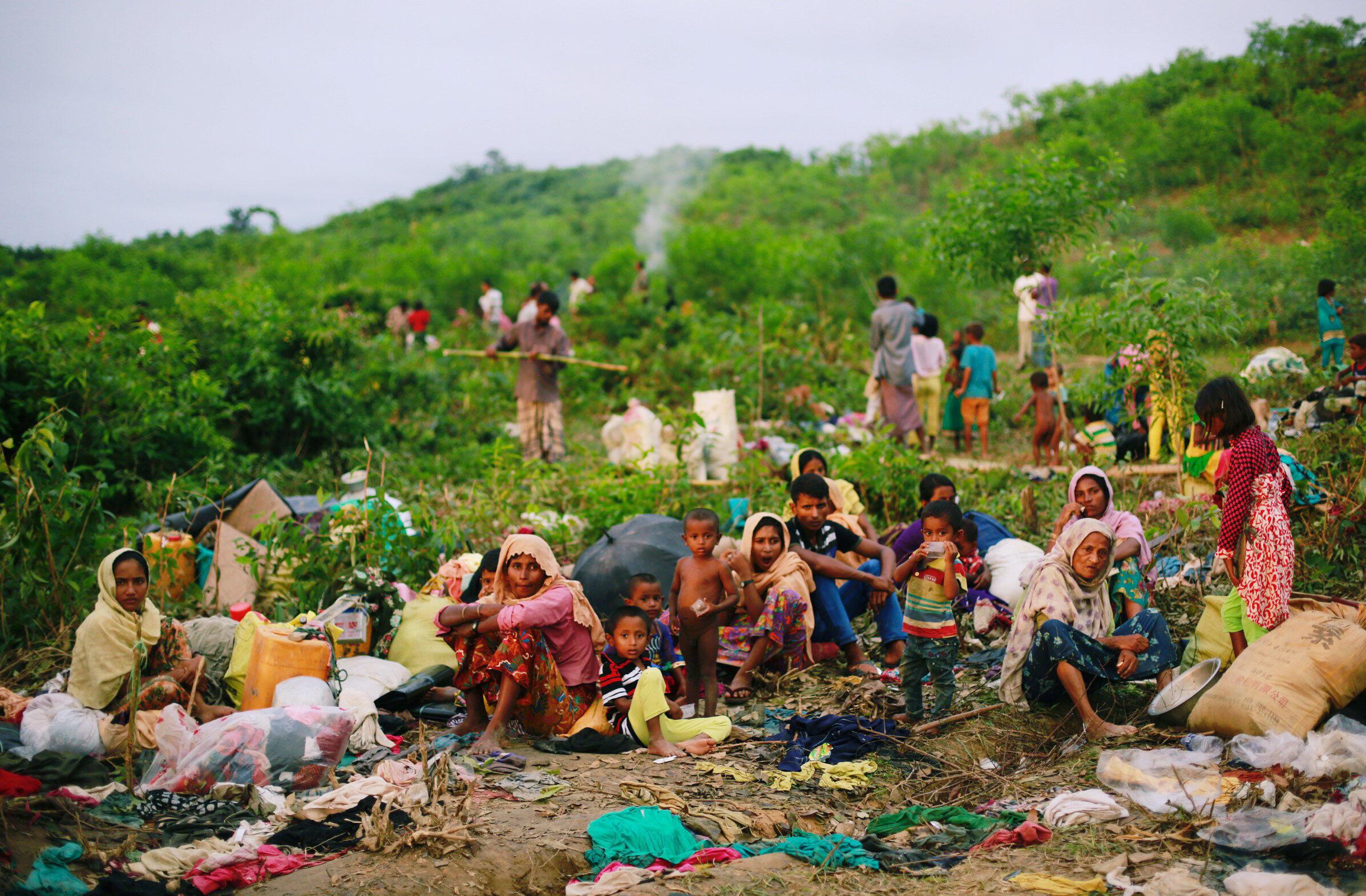 Milhares de muçulmanos rohingyas fogem para o Bangladesh.