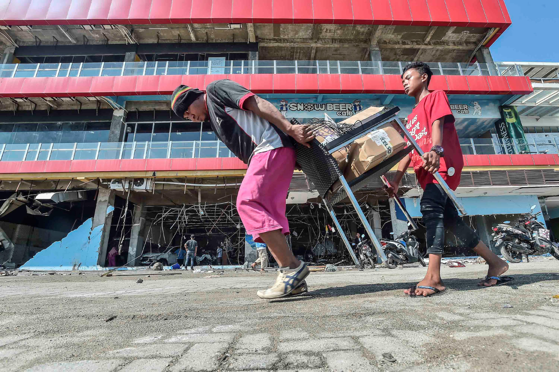 A Palu, des pillages se sont produits dans des supérettes comme dans des stations-essence, dans une ville qui manque à présent à peu près de tout.