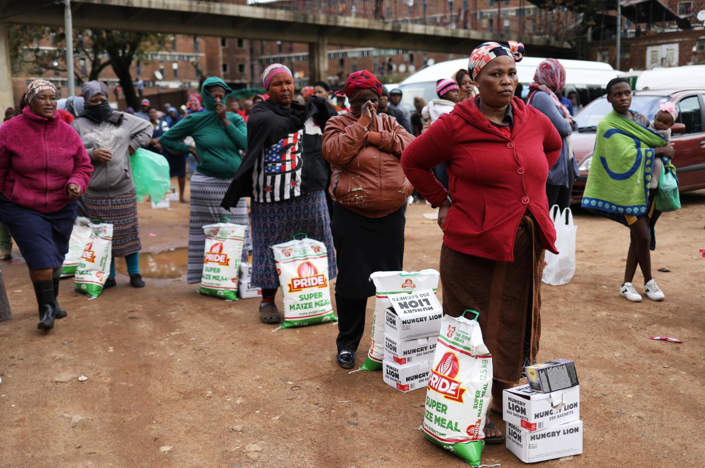 Distribuição de alimentos no township de Alexandra, em Joanesburgo, na África do Sul, no passado dia 28 de Abril de 2020.