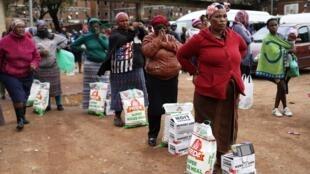 Distribution de nourriture dans le «township» d'Alexandra, en Afrique du Sud, le 28 avril 2020.