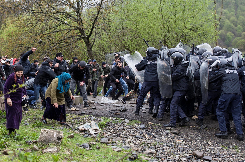 Столкновения между грузинским спецназом и жителями села Биркиани в Панкисском ущелье, которые протестуют против строительства ГЭС, 21 апреля 2019