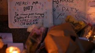 Una pancarta en homenaje al profesor asesinado, Samuel Paty, frente al centro de secundaria en el que trabajaba, en Conflans-Sainte-Honorine, al noroeste de París, el 17 de octubre de 2020