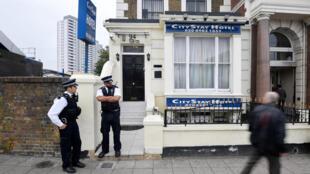 Британские полицейские возле гостиницы, где предположительно останавливались в Лондоне Петров и Боширов, 5 сентября 2018 г.