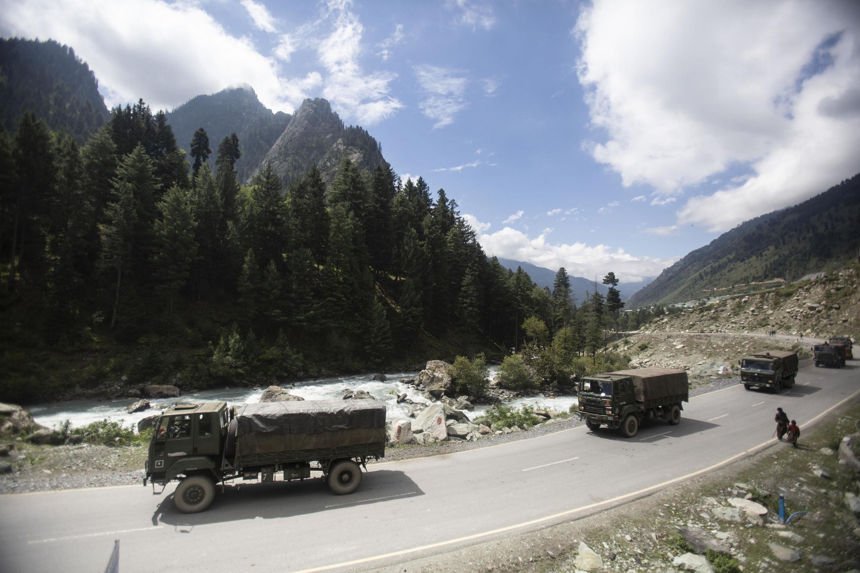 Un convoi de l'armée indienne se déplace sur l'autoroute Srinagar-Ladakh à Gagangeer, au nord-est de Srinagar, au Cachemire sous contrôle indien, le 1er septembre 2020.
