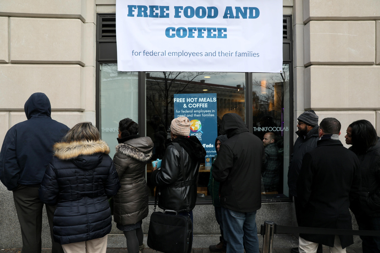Vì shutdown, một phần nhân viên chính phủ liên bang Mỹ được các hội tế bần trợ giúp.