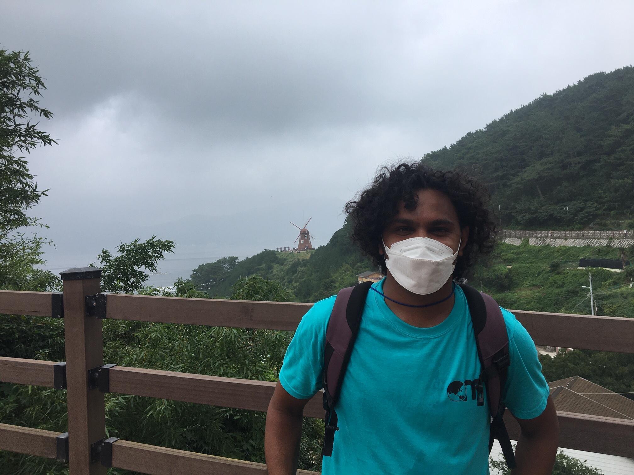 Originaire de la ville de Kandy au Sri Lanka, Sanjeewa, 38 ans est arrivé en Corée du Sud en 2016. Depuis le 30 mai dernier, il n'a plus de travail et attend de trouver un billet d'avion pas trop cher pour rentrer chez lui.