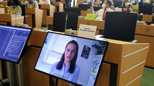 Các thành viên tiểu ban đối ngoại Nghị Viện Châu Âu tham dự cuộc họp qua video-hội nghị với nhà đối lập Belarus Svetlana Tikhanovskaya (trên màn hình), Bruxelles, Bỉ, ngày 25/08/2020.
