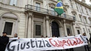 Manifestação em frente da embaixada do Brasil em Roma.