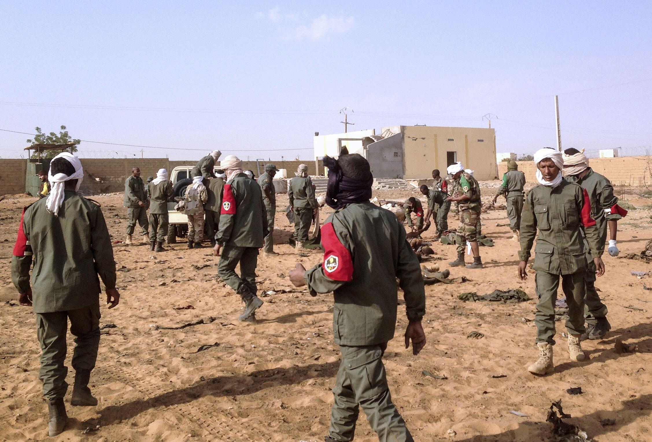 Sur le site de l'attentat au véhicule piégé ce mercredi 18 janvier à Gao, dans un camp du Mécanisme Opérationnel de Coordination (MOC) géré par les Forces armées maliennes.