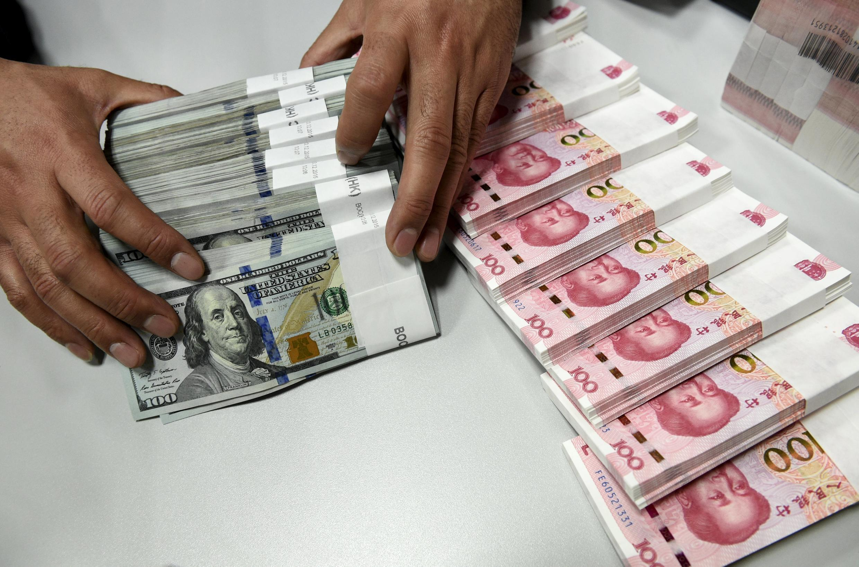 Hai đồng tiền trong giỏ tiền tệ mới của FMI/IMF: đồng yuan Trung Quốc (p) và đồng đô la Mỹ.