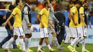 Jogadores brasileiros saem do campo depois do apito final.