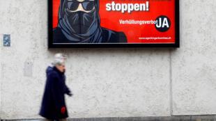 L'initiative de la droite nationaliste ne vise pas officiellement la burqa et le niqab. Mais ses affiches de campagne disent tout le contraire.