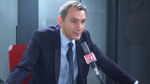 Laurent Jacobelli, porte-parole du Rassemblement national dans les studios de RFI, le 13 juillet 2020.