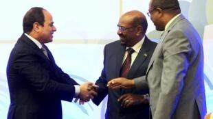 De gauche à droite, le président égyptien Abdel Fattah al-Sissi, le président soudanais Omar el-Béchir et le Premier ministre éthiopien Hailemariam Desalegn. Khartoum, lundi 23 mars 2015.