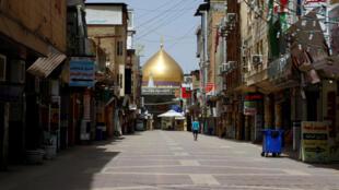 Dans la ville de Najaf en Irak, les rues sont désertes.