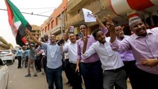 Des membres de l'Alliance pour la liberté et le changement manifestent dans les rues de Khartoum lors de la première journée de grève générale le 28 mai 2019.