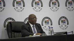Le juge Raymond Zondo, à la tête de la commission anti-corruption sud-africaine, ici à Johannesburg le 20 avril 2018 lors d'une audition publique.