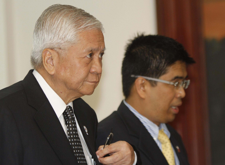Theo Ngoại trưởng Philippines Albert del Rosario (trái), tân đại sứ Cam Bốt là một nữ quan chức cấp thứ trưởng (REUTERS)