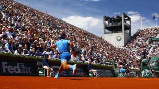 Rafael Nadal domino facilmente al ruso  Kusnetzov en tres sets en la cancha Suzanne Lenglen