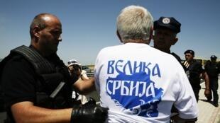 La police kosovare procède à l'arrestation d'un Serbe portant un t-shirt où est inscrit «Grande Serbie».